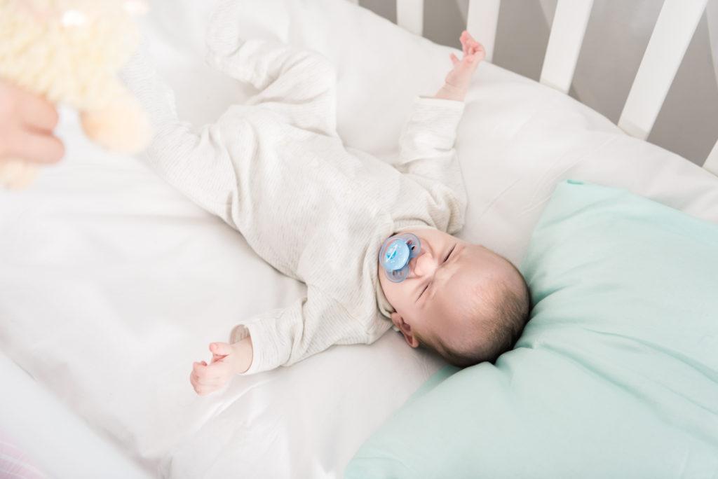 Pasgeboren baby slaapt niet